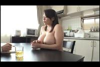超豊満体型でバストのサイズは驚愕の110センチ!美月さんは料理、掃除などの家事、さらにはダイエットの為のエクササイズまですべて豊満ボディを揺らしながら全裸で行います。