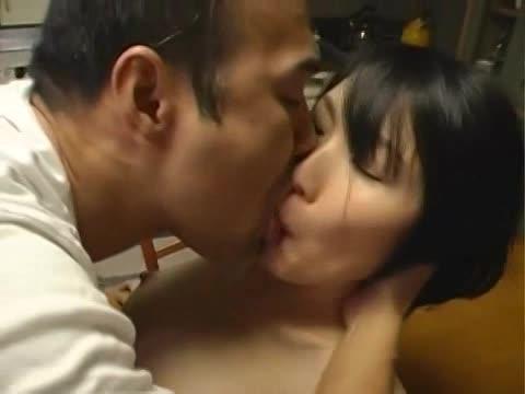 細身で美しい乳な若妻がダンナよりはげしい他人棒に喘ぐウワキSEX。ネットリKISSをしながら性器を絡め合う。