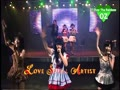 天木じゅん、斉藤裕亮などがアイドルの後ろで、ふざけて踊る